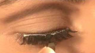 Quick Trick For Putting On False Eyelashes