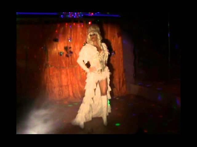 """Valentine performing """"Io Nascerò"""" di Loretta Goggi drag show"""