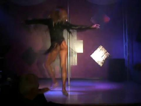 Valentine Vidal performing 'One Kiss' drag queen show (video nella descrizione)